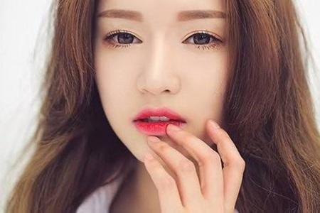 美丽唇妆需要减少唇纹,女生滋润双唇的小诀窍