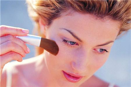 想要成为素颜女生,学会卸妆方法很重要
