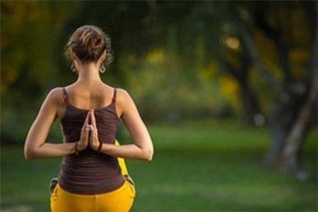 这几个瑜伽动作简单易学,拯救你的筋骨不酸痛